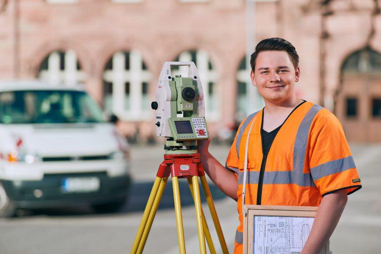 Businessportrait - Junger Mann in der Stadt