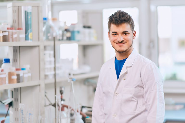 Businessportrait - Junger Mann im Chemie-Labor