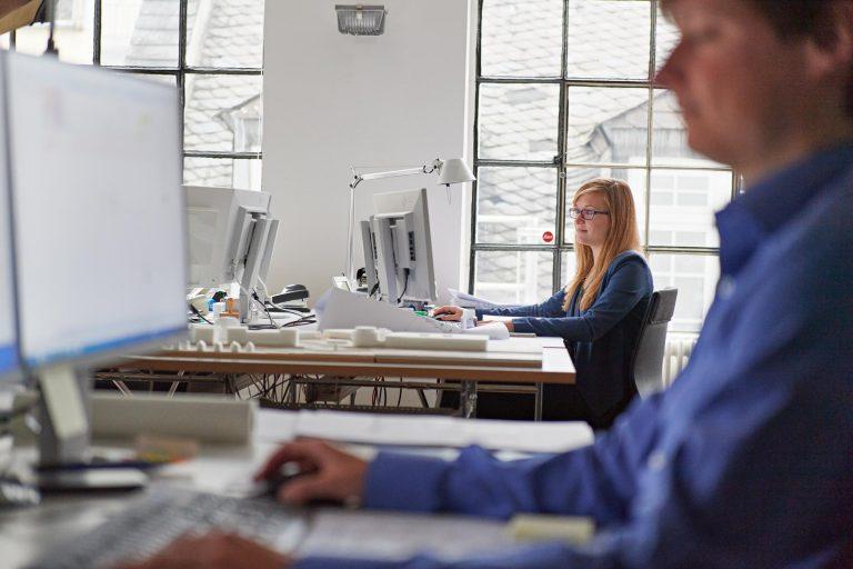 Businessportrait - Frau am Schreibtisch