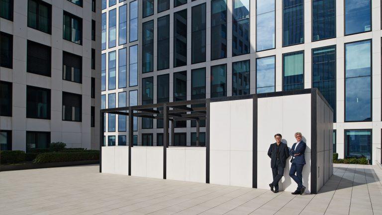 Businessportrait - zwei Männer vor Bürogebäude