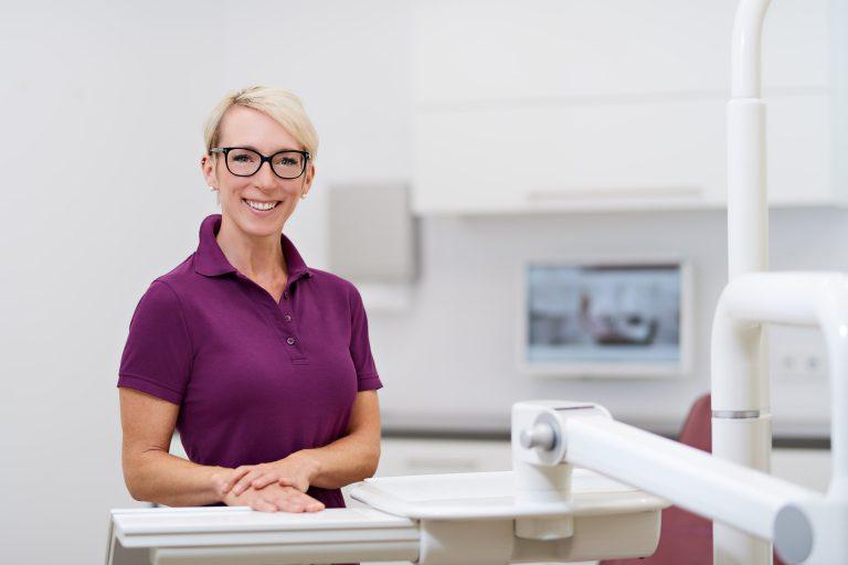Portrait einer Frau in einer Zahnarztpraxis