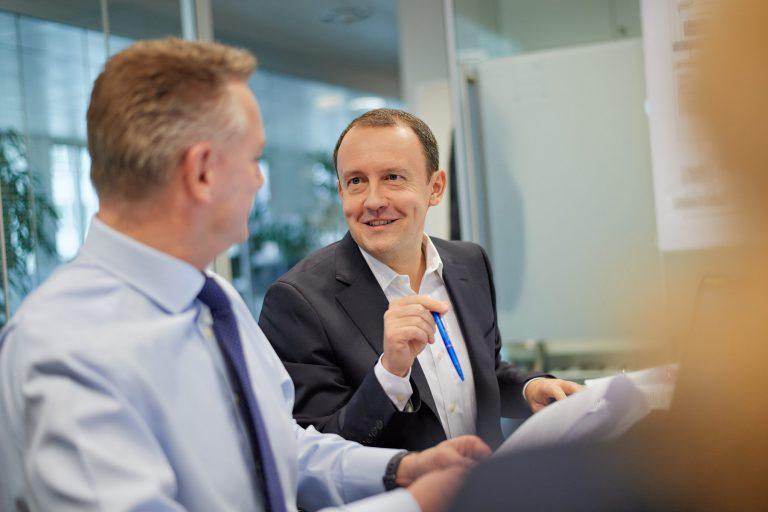 Geschäftsbericht - zwei Männer im Gespräch