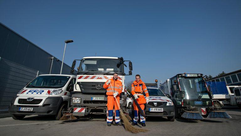 Männer im Businessportrait mit Fahrzeugen