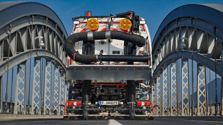 LKW für Strassenreinigung auf einer Brücke
