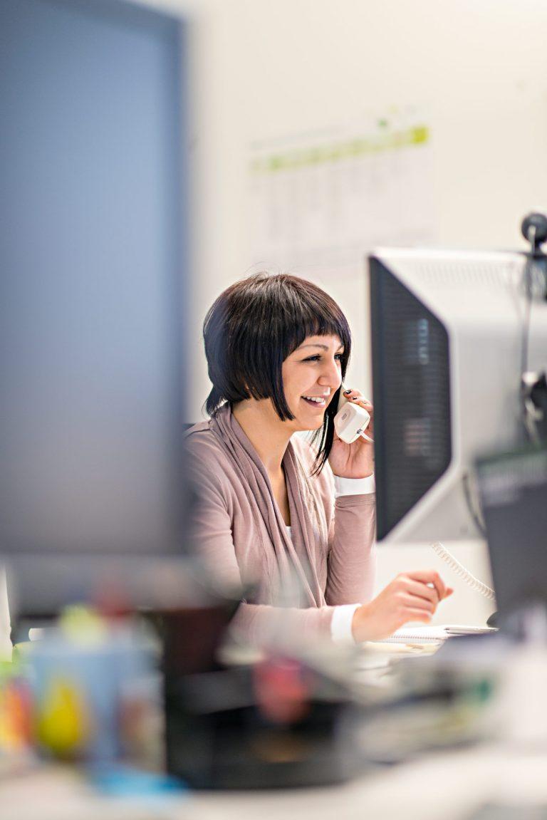 Businessportrait Referenzstory - Frau im Büro