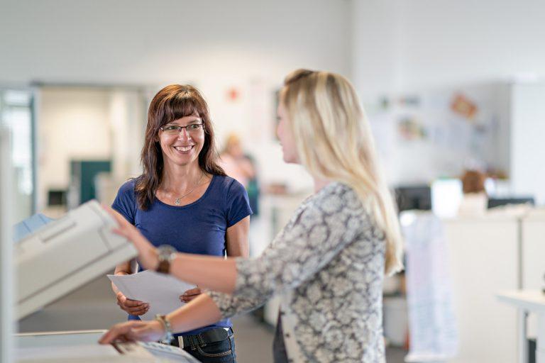 Businessportrait - zwei Frauen im Büro