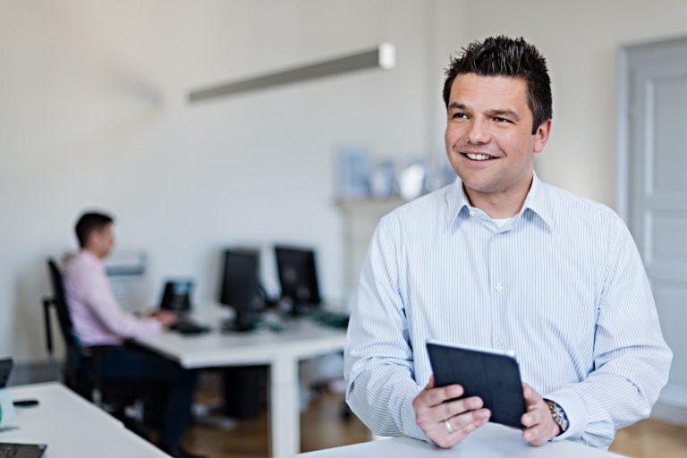 Businessportrait - Mann am Schreibtisch