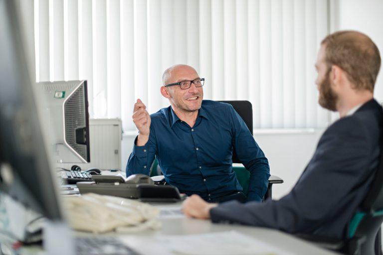 Businessportrait - zwei Männer am Schreibtisch
