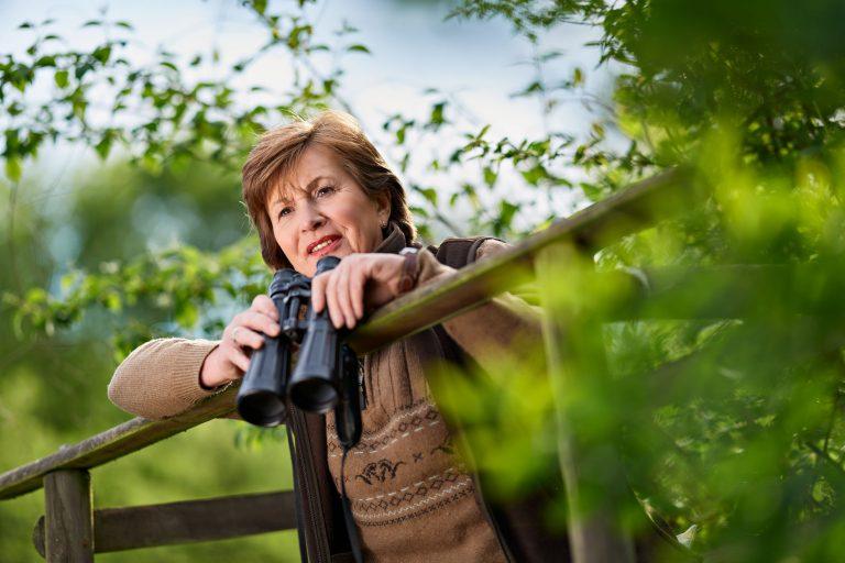 Businessportrait - Frau mit Fernglas