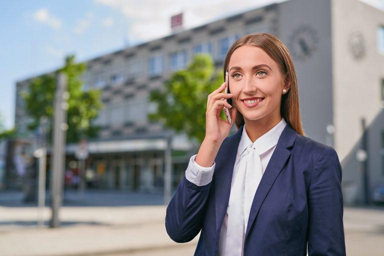 Businessportrait - junge Frau telefoniert mit Handy