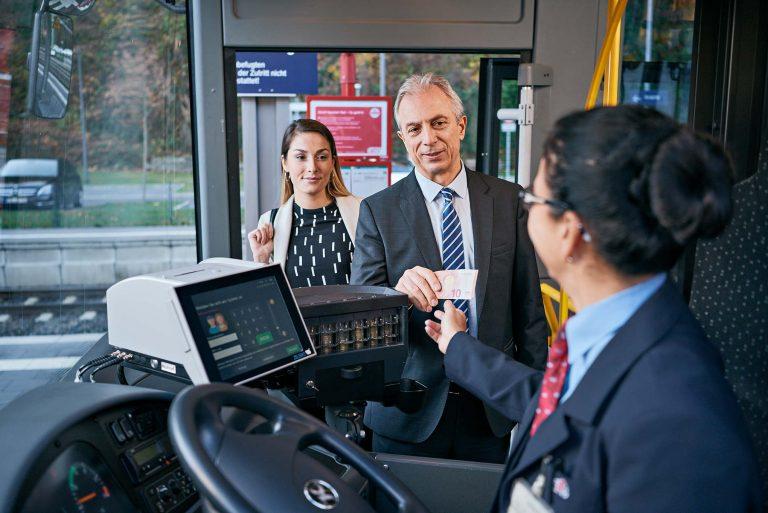 Fotograf aus Schwerin - Einstieg der Fahrgäste im Bus