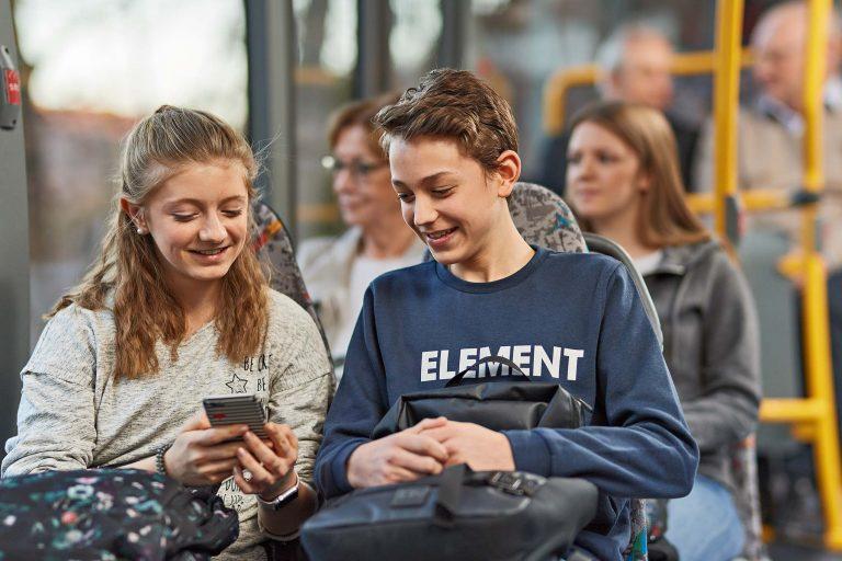 Fotograf aus Schwerin - jugendliche Fahrgäste im Bus