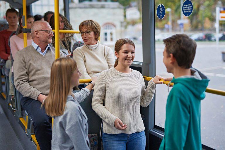 Fotograf aus Schwerin - Portraitfoto jugendliche Fahrgäste im Bus