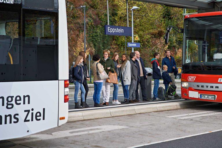 Fotograf aus Schwerin - Fahrgäste warten an der Bushaltestelle